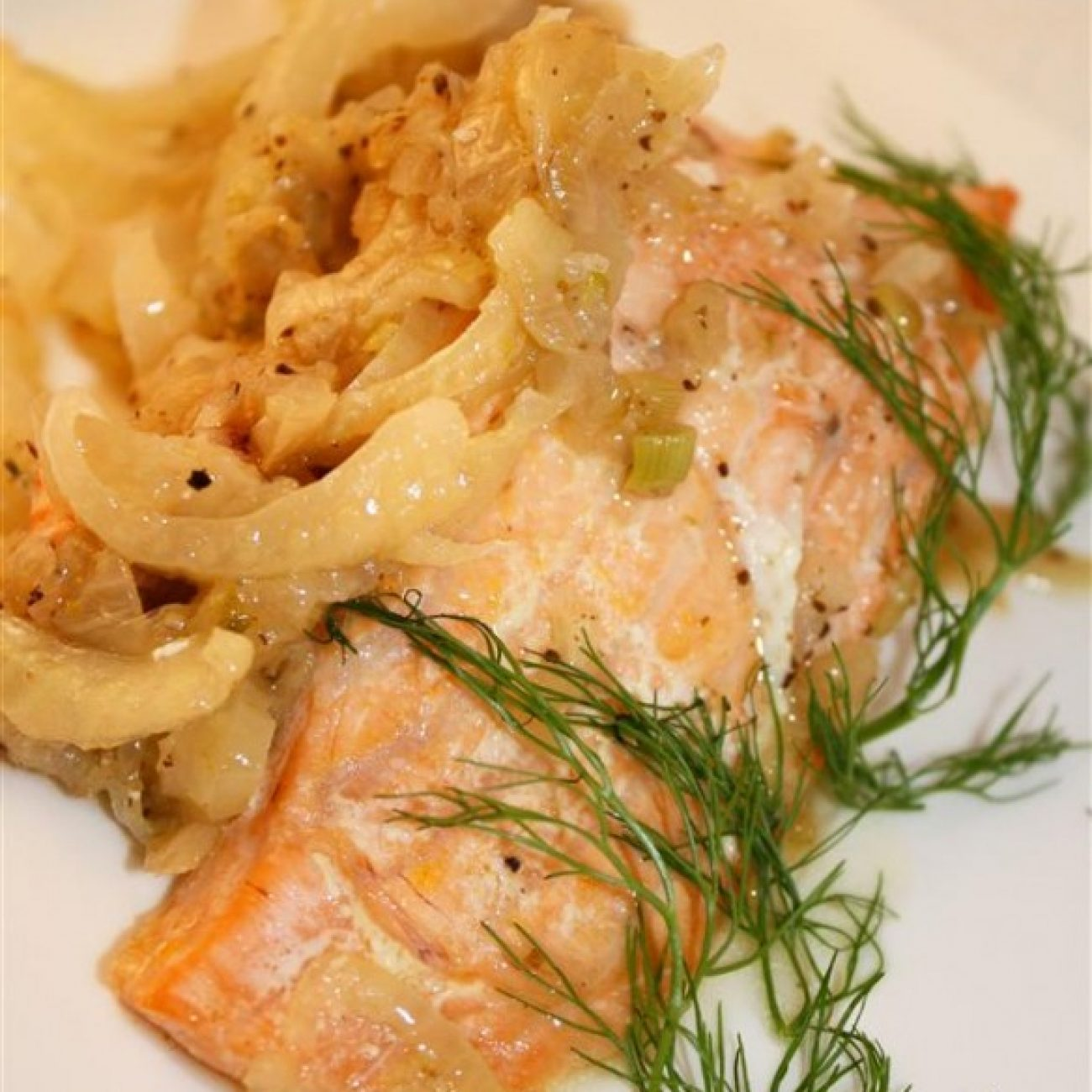 Salmon in parchment paper with fennel and shallots